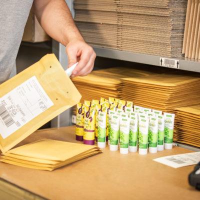 Warenpost Versand Bestellprozess Ecommerce Sendungsverfolgung Verpackung Etikettierung Warenversand